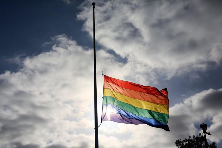 La bandera gay ondea en varios países del mundo en solidaridad con la comunidad LGTB luego de la matanza en Orlando. (Foto Prensa Libre: AFP).