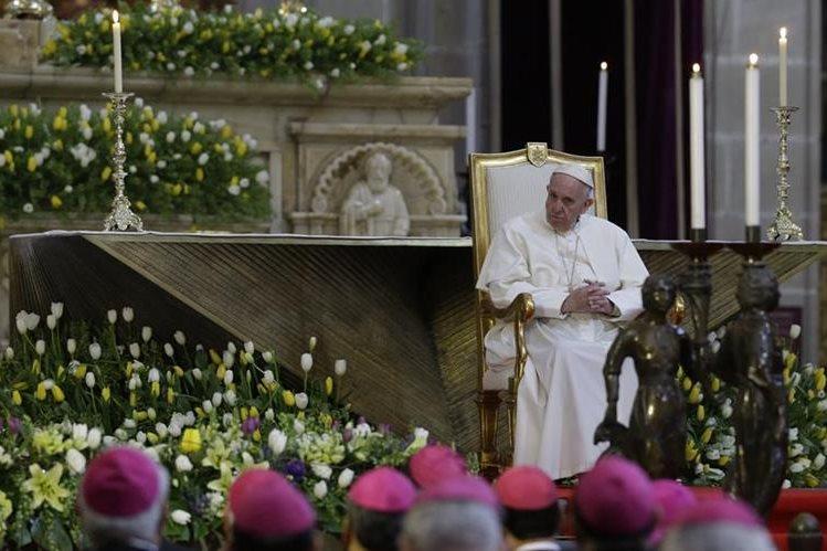 El Papa, durante la reunión que sostuvo con los obispos mexicanos en la Catedral Metropolitana. (Foto Prensa Libre: AP).