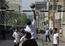 Estudiantes del Central para Varones juegan voleibol en la vía pública, como protesta contra la estigmatización de la juventud. (Foto Prensa Libre: Edwin Bercián)