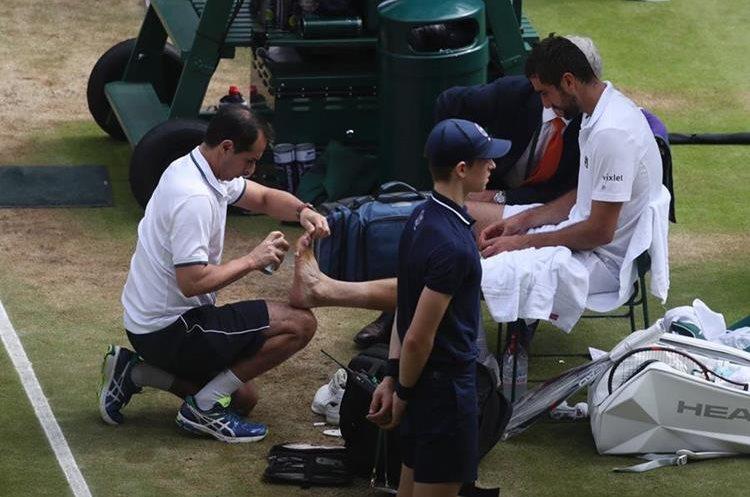 Marin Cilic tuvo problemas físicos durante el partido. (Foto Prensa Libre: AFP)
