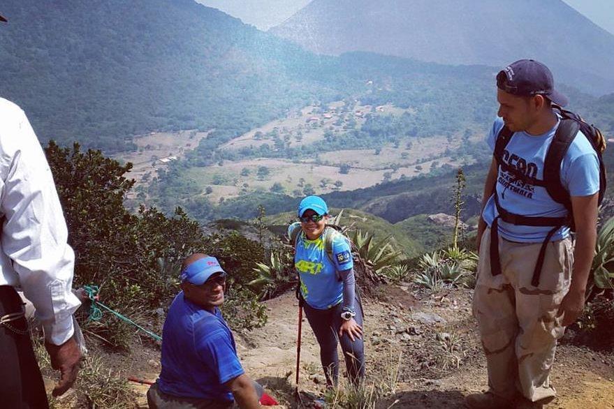 Durante el transcurso del ascenso, los escaladores se detenían a tomar breves lapsos de descanso. (Foto Prensa Libre: Facebook JC Pérez)