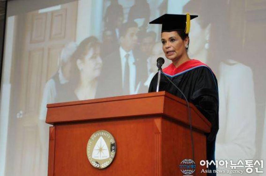 La exvicepresidenta Roxana Baldetti, durante su discurso de agradecimiento por el doctorado. (Foto Prensa Libre: Universidad Católica de Daegu)