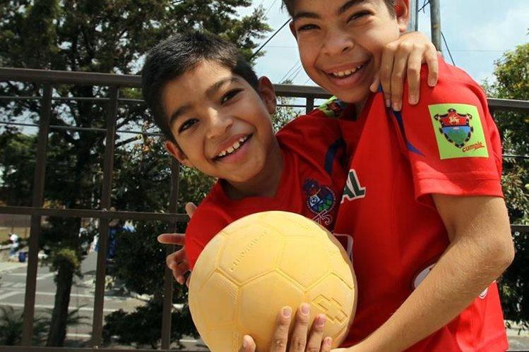 Cristian y Josué Argueta Gramajo son seguidores del equipo de futbol Municipal. (Foto Prensa Libre: Hemeroteca PL)