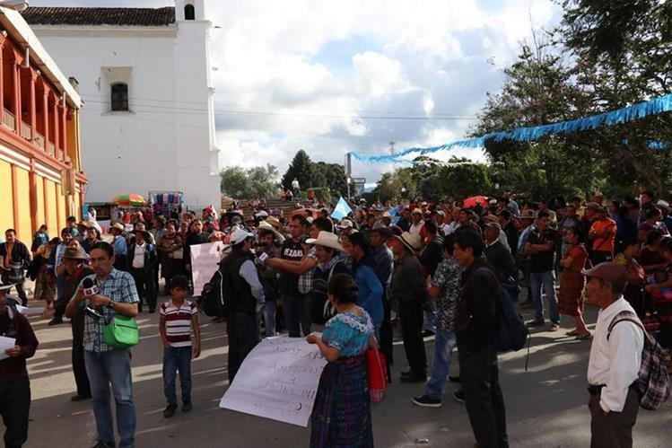 Pobladores efectuaron una manifestación para exigir la renuncia de los diputados en Santa Cruz del Quiché. (Foto Prensa Libre: Héctor Cordero)