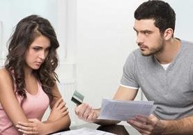 Hay parejas en las que el hombre o la mujer oculta en qué realmente gastan el dinero, lo que atrae conflictos.
