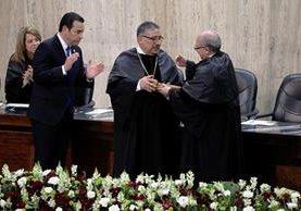 El magistrado Nery Medina entregó la presidencia del OJ a José Antonio Pineda. Asistieron los presidentes de los otros dos organismos del Estado. (Foto Prensa Libre: P. Raquec)