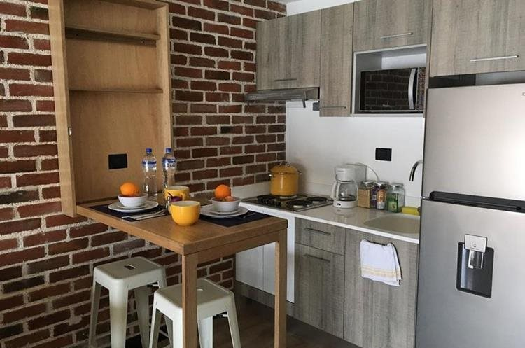 El apartamento Airbnb de Alejandra Rodas, cuenta con equipo de cocina y cristalería. (Foto Prensa Libre: Cortesía)