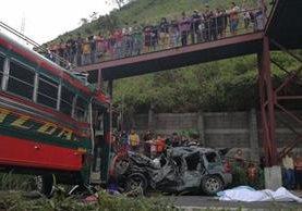 Autobús de los transportes Esmeralda chocó contra un automóvil y volcó. (Foto Prensa Libre: Érick Ávila)