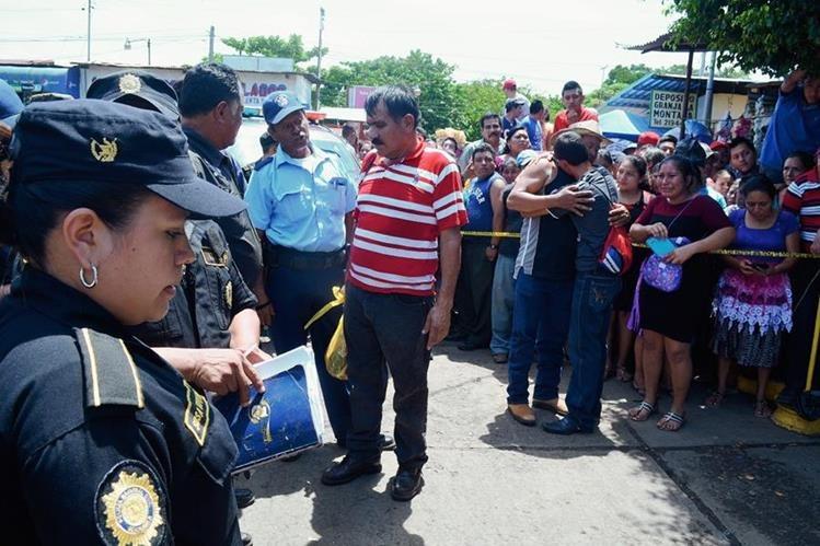 Curiosos permanecen  en el lugar donde murió baleada Elvia Isabel Barrios, en Retalhuleu.  (Foto Prensa Libre: Jorge Tizol)