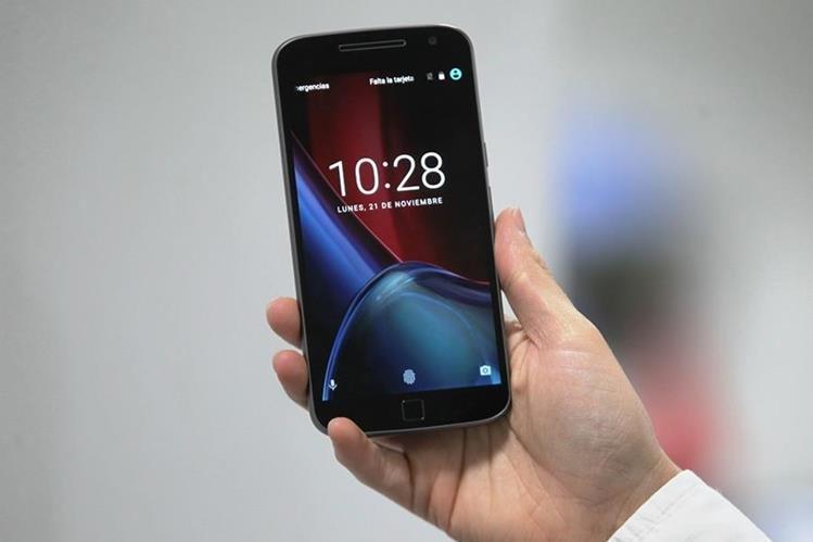 El Moto G4 Plus, de Lenovo, tiene pantalla de 5.5 pulgadas, sensor de huellas y autoenfoque láser. (Foto Prensa Libre: Keneth Cruz).