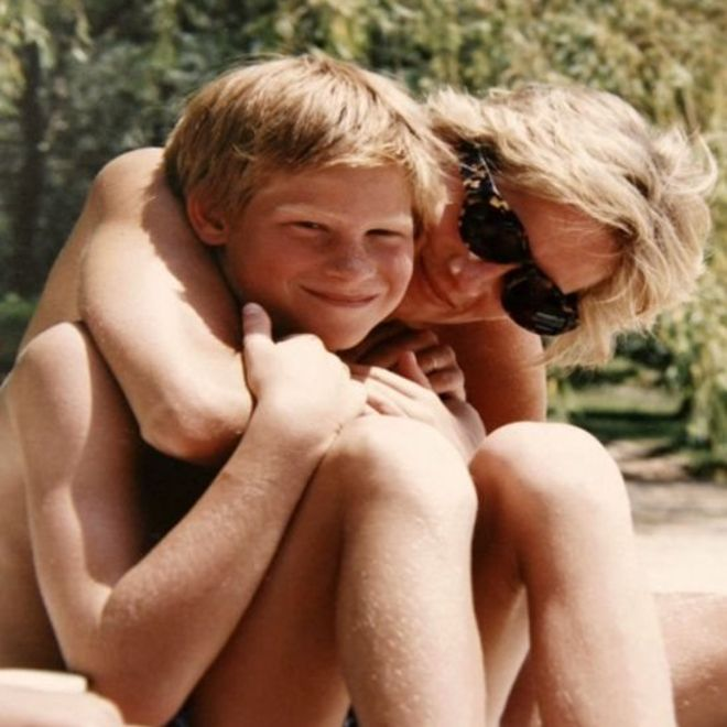 La princesa Diana con su hijo Harry. DUQUE DE CAMBRIDGE Y PRÍNCIPE HARRY