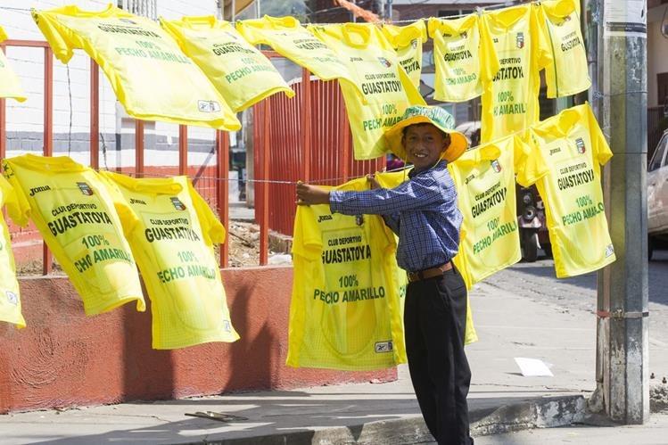 La venta de camisas con los colores amarillo y verde y cualquier cosa que identifique al equipo, ambientan la gran final. (Foto Prensa Libre: Norvin Mendoza)