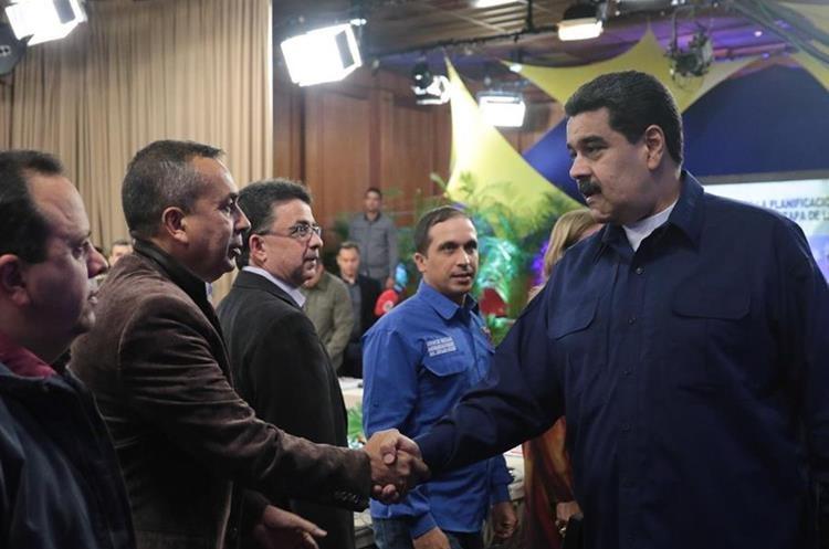 Nicolás Maduro (d), saludando al gobernador del estado de Bolívar, Justo Noguera Pietri (2-i) en Caracas. (EFE).