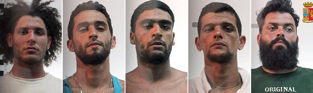De izquierda a derecha: Suud Mujassabi, Imad Busadia, Shauki Esshaush, Ali Rouibah and Abdullah Assnusi, los traficantes de personas que fueron arrestados al llegar a suelo italiano. (Foto Prensa Libre: AFP).