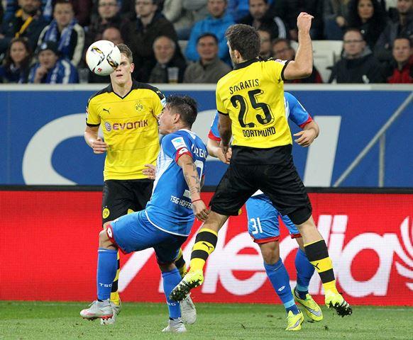 El Borrusia empató y el Leverkusen celebró con gol de Chicharito (Foto Prensa Libre: AFP)