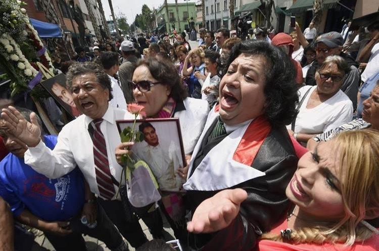 Seguidores e imitadores cantan canciones de Juan Gabriel (AFP).