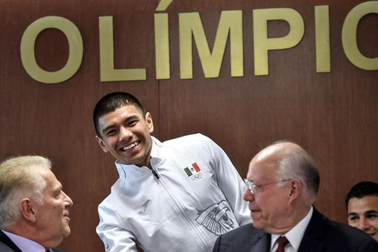El boxeador Joselito Velázquez saluda al presidente mexicano del Comité Olímpico de México Pablo Padilla Becerra y al ministro de Salud José Narro. (Foto Prensa Libre: AFP)