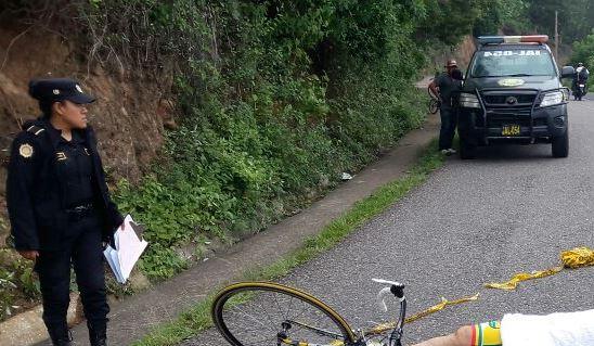 La bicicleta en la que viajaba Orellana quedó tendida junto a su cadáver, luego de haber sido atacado en la cabecera de Jalapa. (Foto Prensa Libre: Hugo Oliva)