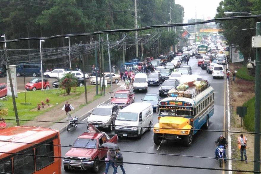 Los bloqueos de salubristas, en la calzada Roosevelt, generan fuerte congestionamiento en el ingreso a la capital. (Foto Prensa Libre: Estuardo Paredes)