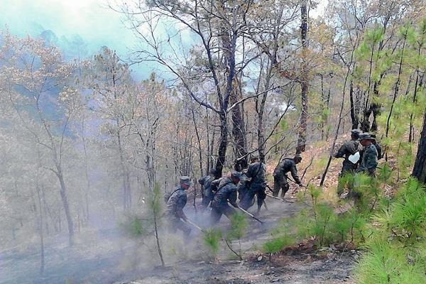 Soldados de  la Quinta Brigada de Infantería de Huehuetenango combaten incendio forestal en Sacapulas, Quiché. (Foto Prensa Libre: Óscar Figueroa)