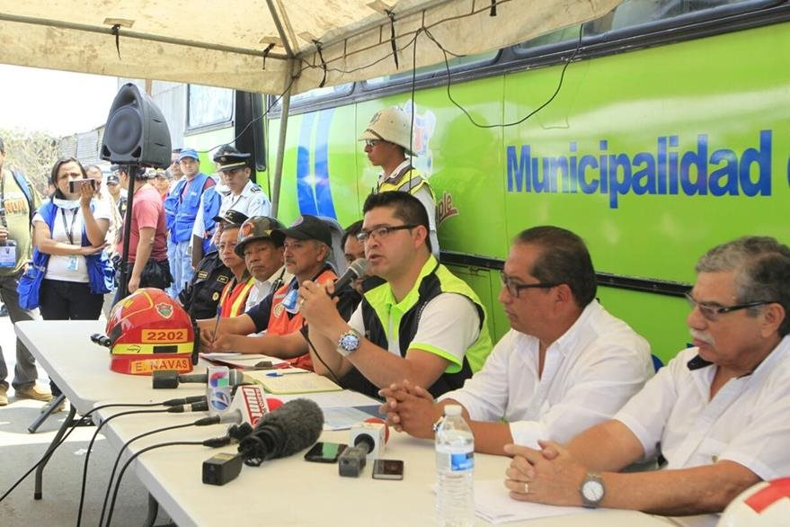 Carlos Sandoval, vocero de la comuna, explica el plan de búsqueda de víctimas en el relleno sanitario. (Foto Prensa Libre: Edwin Bercián)