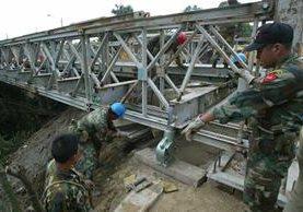 Desde enero del año pasado, el Ejército incrementó la reparación de carreteras y caminos, por orden presidencial. (Foto Prensa LIbre: Hemeroteca PL)