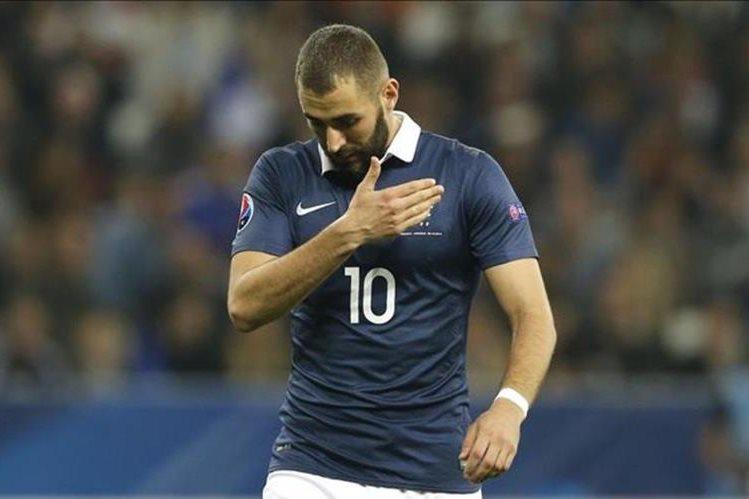 La FFF decidió excluir a Benzema de la selección francesa luego de su imputación en el caso del chantaje. (Foto Prensa Libre: AFP).