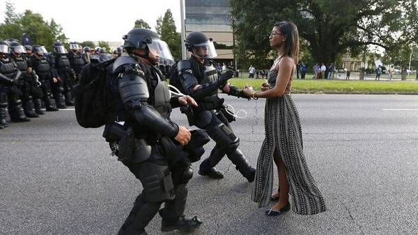 Una imagen ícono de los recientes enfrentamientos por violencia racial en EE. UU. tuvo lugar en Baton Rouge, Luisiana este año, cuando Ieshia Evans de 28 años, decidió enfrentarse sola sin ningún arma a la Policía. El mundo no tardó en comparar la imagen con la del chino que enfrento a los tanques en Pekín, foto que también se incluye en esta serie. (Foto Prensa Libre: Hemeroteca PL).
