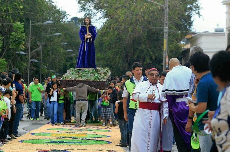La procesión de Cristo Rey de la Iglesia Candelaria a su paso sobre la alfombra más larga del mundo. (Foto Prensa Libre: Edwin Bercián)