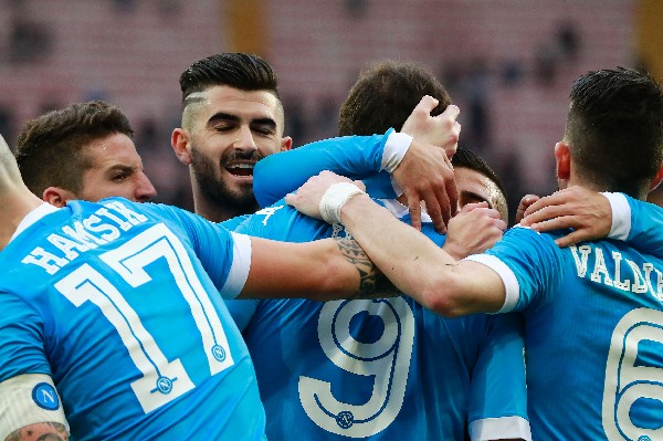 Los jugadores del Nápoli celebraron el triunfo y que se mantienen en el liderato de la liga italiana. (Foto Prensa Libre: AFP)
