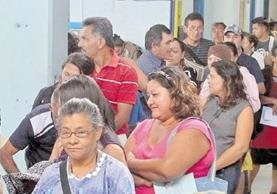 Pacientes del Hospital San Juan de Dios hacen fila para conseguir una cita en consulta externa. (Foto Prensa Libre: Hemeroteca PL)