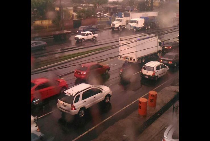 Congestionamiento en la calzada Aguilar Batres. Foto Prensa Libre: @BraulioGonz1