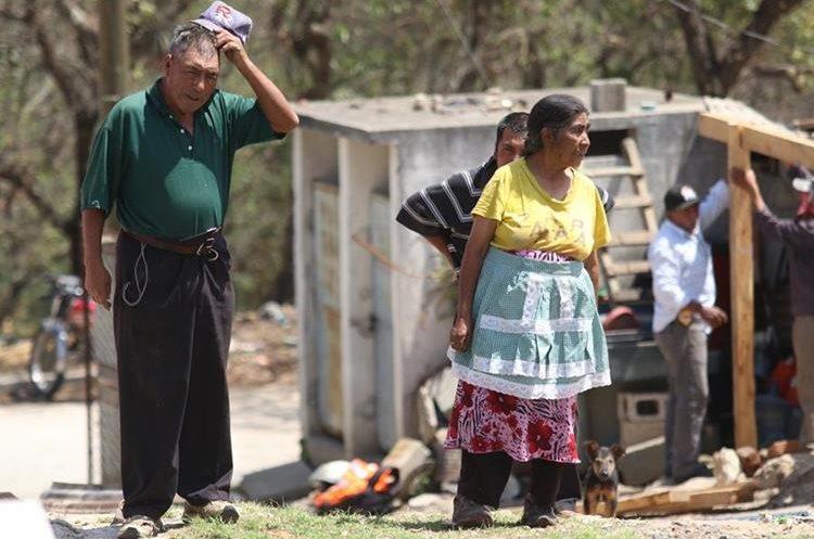 Catalino López de 79 años, y Maximiliana García,74, viven en el cementerio desde la década de 1960. (Foto Prensa Libre: Mike Castillo)