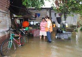 Personal de Conred efectúa monitoreo en las áreas afectadas en Petén. (Foto Prensa Libre: Rigoberto Escobar)