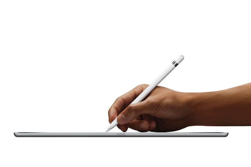 Una de las primeras cosas que hizo Steve Jobs al volver a Apple fue desaparecer el la Newton, un dispositivo tipo tablet que utilizaba un lápiz óptico. Sin embargo hace poco la empresa de la manzana lanzó el Apple Pencil. (Foto Prensa Libre: Tomada de Apple).