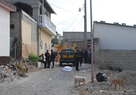 Agentes de PNC vigilan el área donde ocurrió el crimen. (Foto Prensa Libre: Mario Morales)