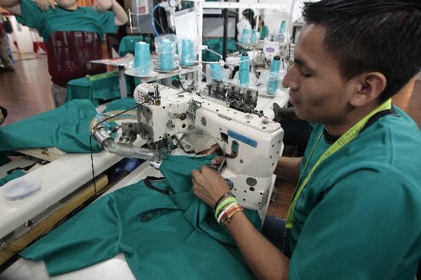 <p>Otro operario es el encargado de coser las mangas de manera precisa y sin dejar hilos sueltos. (Foto Prensa Libre: Álvaro Interiano)<br></p>