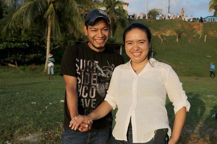 Héctor Suruy y Yolanda Flores se prometieron en matrimonio cuando amanecía, en Livingston, Izabal. (Foto Prensa Libre: Dony Stewart)