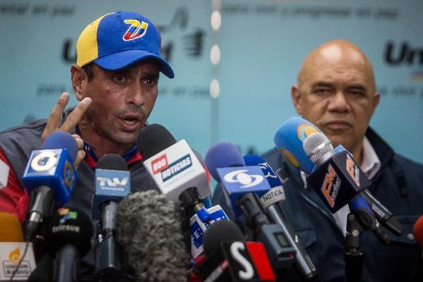 Henrique Capriles (d) participan en conferencia de prensa en Caracas. (EFE).