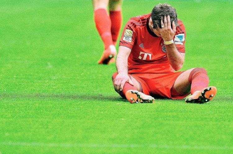 Mario Götze se lamenta tras el resultado del Bayern Múnich frente al Augsburgo. Foto Prensa Libre: EFE)