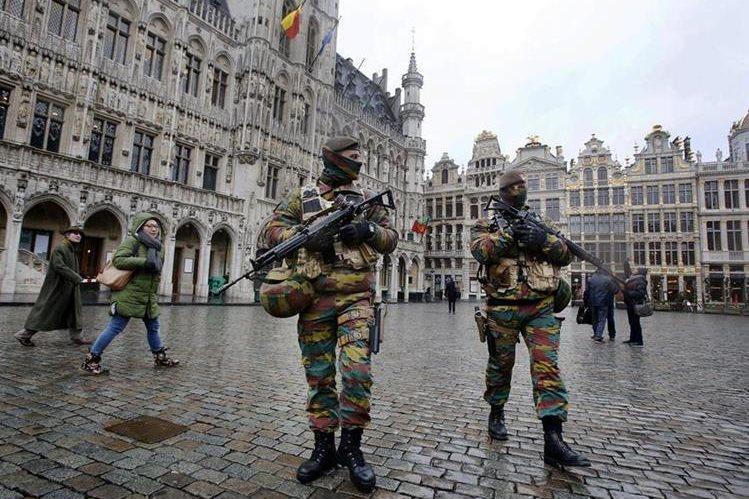 """Bruselas, capital de Bélgica, se mantiene fuertemente vigilada ante el temor de ataques terroristas y es considerada un """"criadero"""" de yihadistas. (Foto Prensa Libre: AP)."""