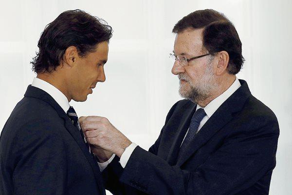 El presidente del Gobierno, Mariano Rajoy, impone al tenista Rafael Nadal, la Medalla de Oro al Mérito en el Trabajo. (Foto Prensa Libre: EFE).