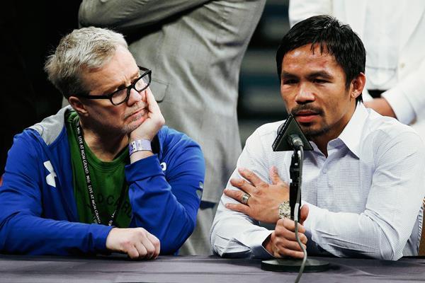 Pacquiao dijo que se volvió a lastimar el hombro en el cuarto asalto. (Foto Prensa Libre: AP)