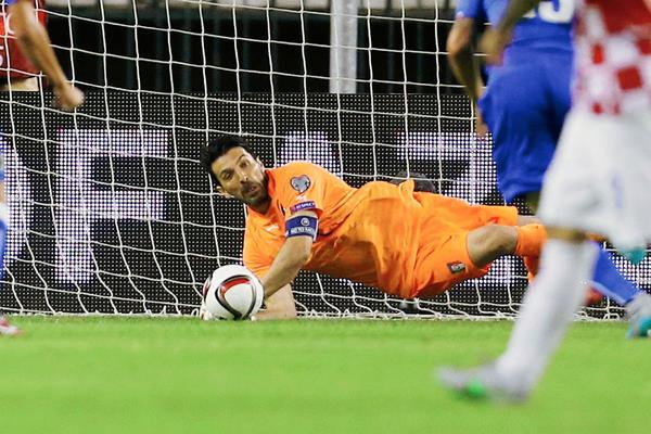 Buffón es el jugador más experimentado, junto con Pirlo, en la Selección italiana. (Foto Prensa Libre: AP)