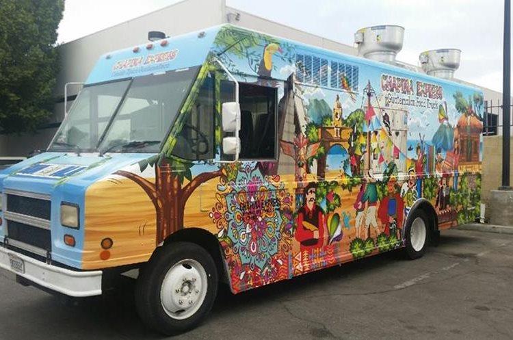 El food truck o camión de comida luce los colores y estampas de la cultura guatemalteca. (Foto Prensa Libre: Giovanni Bautista)