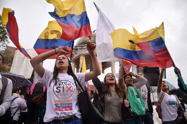 """Estudiantes universitarias hacen campaña en favor del """"Sí"""" en Cali, Colombia.(AFP)."""