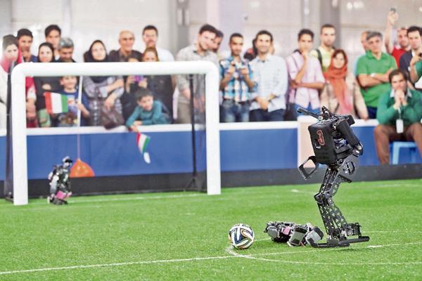 Androides de 14 países juegan futbol.