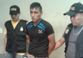 Erick Eduardo Godínez Pérez es custodiado por agentes de la PNC. (Foto Prensa Libre: Cortesía PNC)