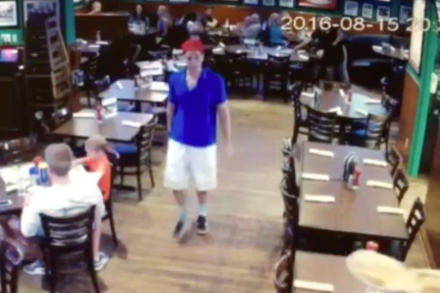 Las cámaras de seguridad del restaurante grabaron el momento en que Harrouff se retiró del lugar. (Foto Prensa Libre: AP).