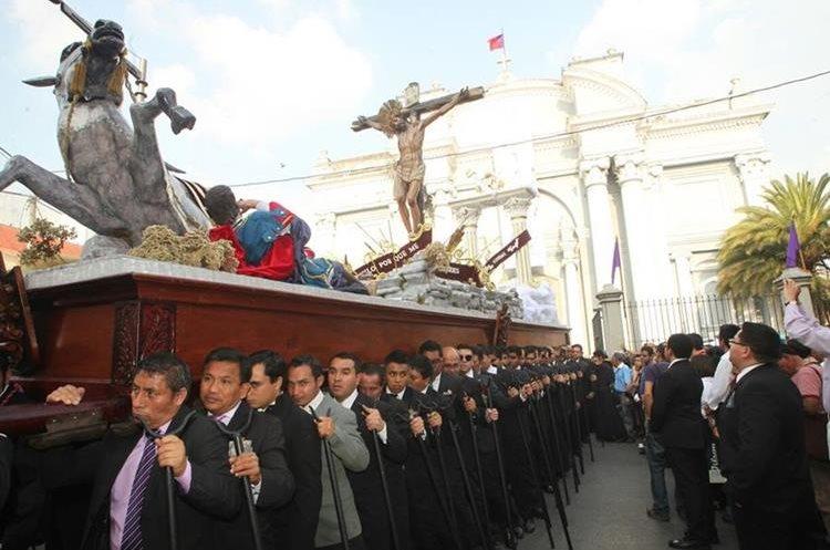 La imagen del Cristo de la Preciosa Sangre recorre las calles del Centro Histórico. (Foto Prensa Libre: Erick Ávila)